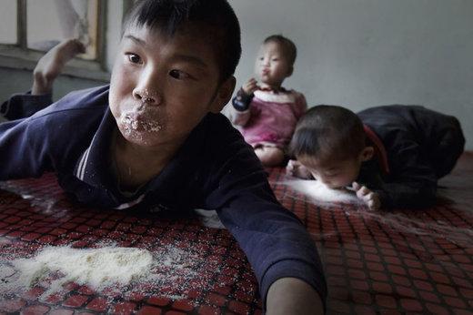 کودکان مبتلا به فلج مغزی پودر شیر را میخورند