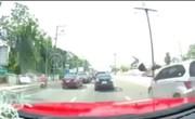 فیلم | عاقبت شوکهکننده صحبت با موبابل موقع عبور از خیابان!