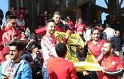 هواداران پرسپولیس پرچم سپاهان را آتش زدند