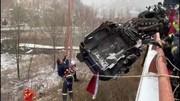 فیلم | نجات معجزهآسای رانندهای که میان زمین و هوا معلق بود