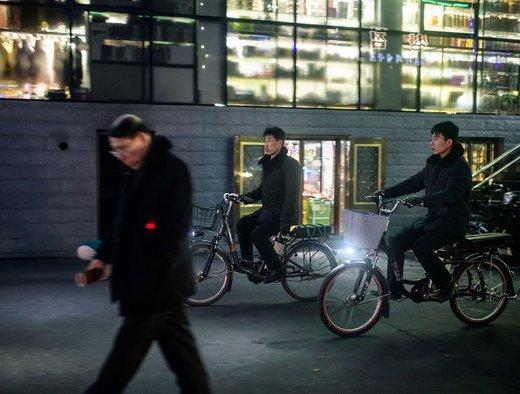دوچرخه هنوز هم وسیله حمل و نقل عمومی در شهر سینوئیجو کره شمالی است