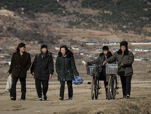 یک گروه از زنان در امتداد مسیرهای نزدیک به منطقه Sonchon راه می روند