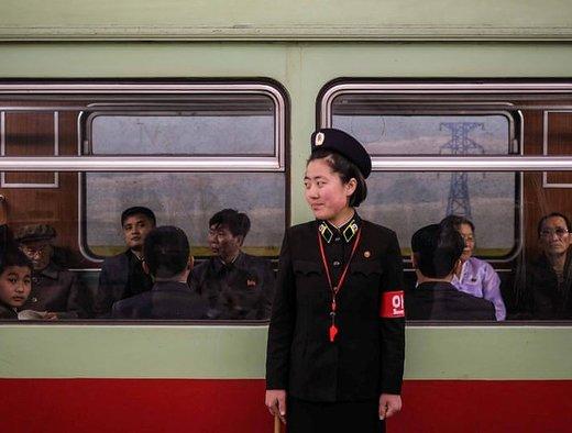 یک نگهبان امنیتی منتظر مسافران برای سوار شدن در پیونگیانگ است