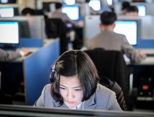 دانش آموزان بر روی آزمون انگلیسی در دانشگاه کیم ایل-سونگ در پیونگ یانگ تمرکز می کنند