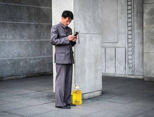 یک مرد تلفن همراهش را چک میکند