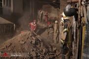 تصاویر | ریزش ساختمان در سبزهمیدان تهران؛ آتشنشانان مشغول آواربرداری هستند