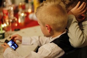 آسیب به مغز کودکان با ۷ ساعت خیره شدن به نمایشگر