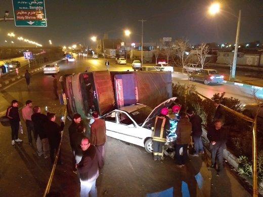واژگونی کامیون حامل بار شیشه در مشهد/ نجات  سرنشینان سواری از زیر ۴ تن شیشه