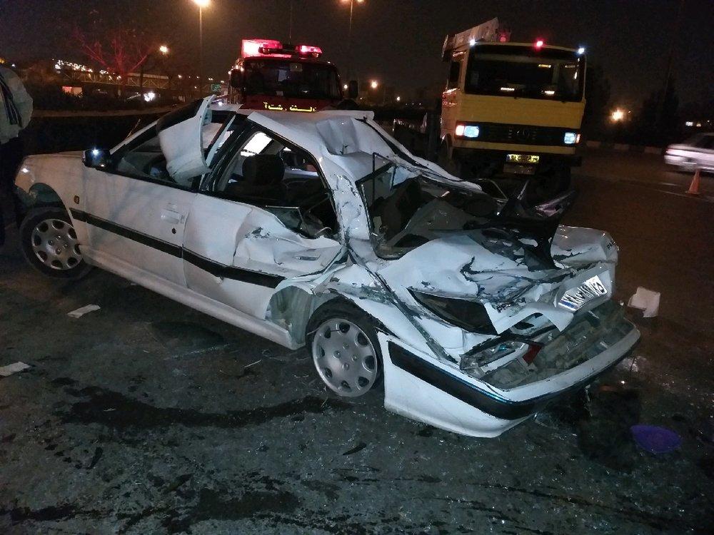 واژگونی کامیون خاور حامل بار شیشه در مشهد/نجات معجزه آسای سرنشینان سواری از زیر چهارتن شیشه