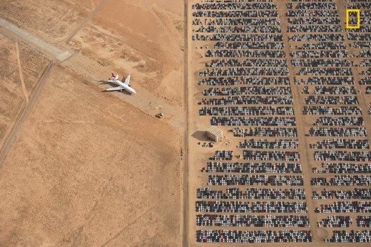 هزاران اتومبیل فولکس واگن و آئودی در وسط بیابان موهاویدر ایالت کالیفرنیا آمریکا، برنده اول مسابقه عکاسی نشنال جئوگرافیک ۲۰۱۸
