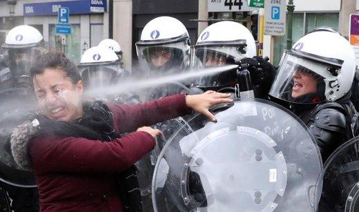 پاشیدن گاز اشک آور به صورت یک زن در تظاهرات اعتراضی به افزایش قیمت سوخت در  شهر بروکسل، پایتخت بلژیک