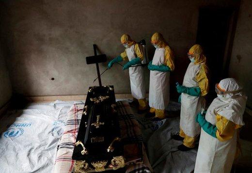کارمندان بهداشت در مراسم خاکسپاری یک فرد مبتلا به ابولا در استان کیوو شمالی کنگو