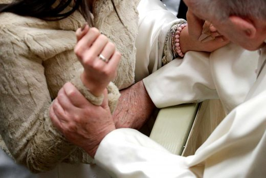 دعا کردن پاپ فرانسیس برای  یک زن باردار در جلسات عمومی هفتگی در واتیکان