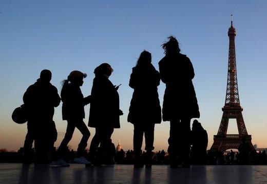 مردم در میدان Trocadero در نزدیکی برج ایفل در شهر پاریس فرانسه ایستاده اند