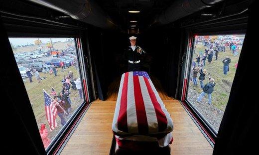 انتقال جنازه جرج اچ. دابلیو بوش از شهر ماگنولیا به شهر کالج استیشن ایالت تگزاس آمریکا در مراسم تشییعش