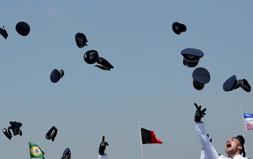 افسران نیروی هوایی پس از مراسم فارغالتحصیلی در آکادمی نیروی هوایی برزیل کلاهشان را به هوا پرتاب میکنند