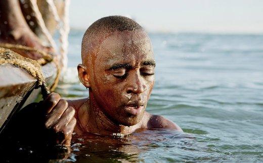 یک غواص به اعماق رود نیجر مالی فرستاده می شود تا شن و ماسه های مورد استفاده در صنعت ساختمان را جمع آوری کند