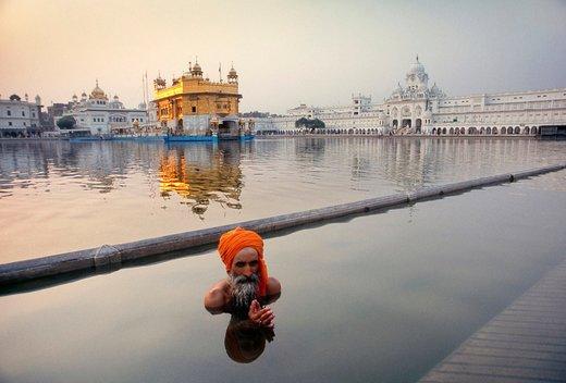 یک زائر در آب مقدس امریتسار هند
