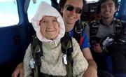 فیلم | سقوط مادربزرگ ۱۰۲ساله از ارتفاع ۴۰۰۰ متری!