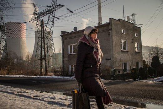 یکی از ساکنان منطقه بنجن لهستان در نزدیکی  نیروگاه  زغال سنگ راه می رود، بر اساس گزارش آژانس محیط زیست اروپا، این نیروگاه در فهرست 108نیروگاه آلوده کننده اروپا قرار دارد
