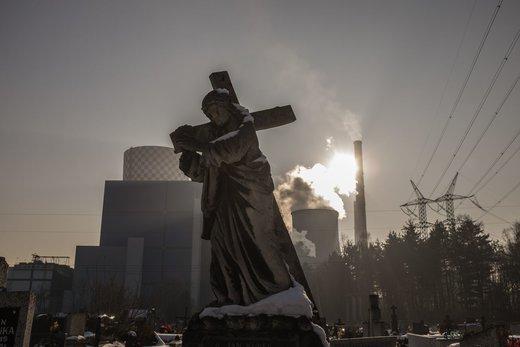 انتشار دود از نیروگاه زغال سنگ در لهستان. آژانس محیط زیست اروپا برآورد میکند که هر ساله در این کشور حدود 45 هزار نفر براثر آلودگی هوا دچار مرگ زودرس میشوند