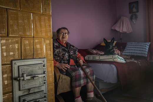 یکی از ساکنان سالخورده لهستان سعی می کند خود را با یک بخاری زغالسنگی سنتی گرم نگه دارد. این بخاریها تقریبا در هر خانهای در این کشور استفاده می شود