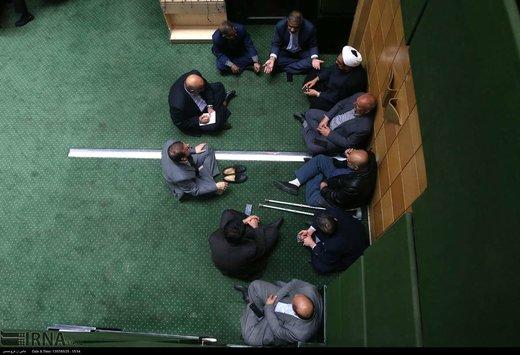 عکس   نمایندگان مجلس مشغول چه کاری هستند؟