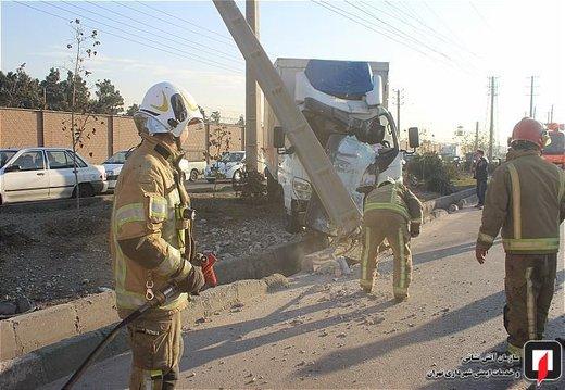 تصادف کامیونت باری با تیر برق در جاده قدیم کرج