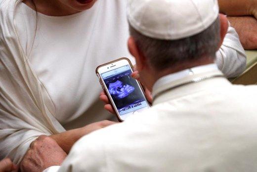پاپ فرانسیس در یکی از دیدارهای هفتگی اش با مردم در واتیکان برای یک زن باردار دعای خیر می کند