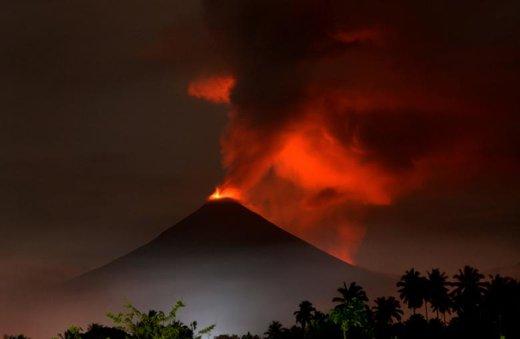 فوران کوه آتشفشانی Soputan که از دهکده  Silian Tiga اندونزی دیده میشود