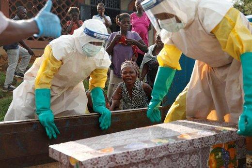 تشییع جنازه یک کودک در کنگو که احتمالا به علت ابتلا به ابولا درگذشته است. مادر کودک در پس زمینه تصویر در حال شیوه و زاری دیده می شود