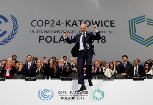 حرکت مایکل کورتیکا، رئیس کنفرانس تغییرات آب و هوایی 2018 در پایان یک جلسه که در شهر کاتوویتس لهستان برگزار شد