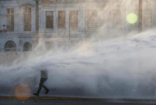 پاشیدن آب از کامیون پلیس به یک معترض در شیلی