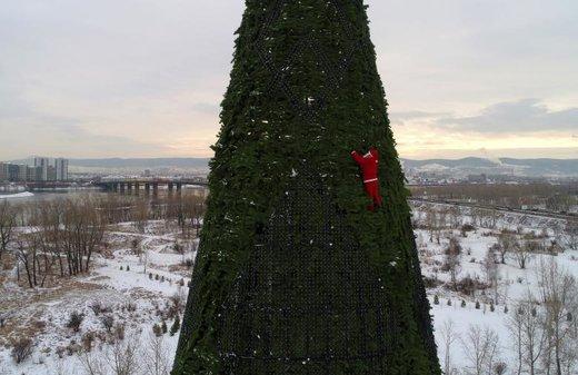 بالارفتن بابانوئل از درخت کریسمس 57 متری در روسیه