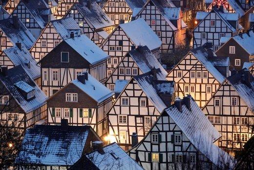 برف روی بام خانهها در بخش تاریخی شهر فریدبرگ آلمان نشسته است. قدمت برخی از این خانه ها به قرن 17 می رسد
