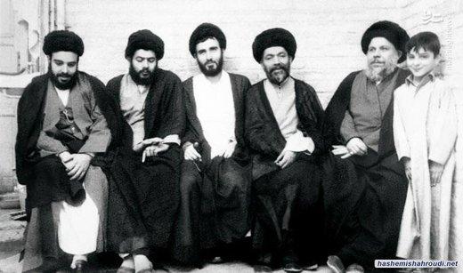 آیتالله هاشمی شاهرودی نفر سوم از سمت راست، در تصویر آیتالله شهید صدر دیده میشود
