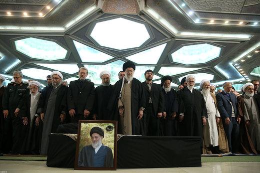 اقامه نماز رهبر معظم انقلاب اسلامی بر پیکر آیت الله هاشمیشاهرودی