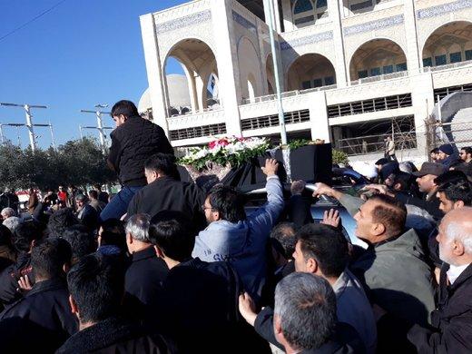 پیکر آیتالله هاشمی شاهرودی پس از خروج از شبستان مصلی امام خمینی(ره)، با حضور گسترده مردم به سمت درب ضلع غربی مصلی تشییع شد