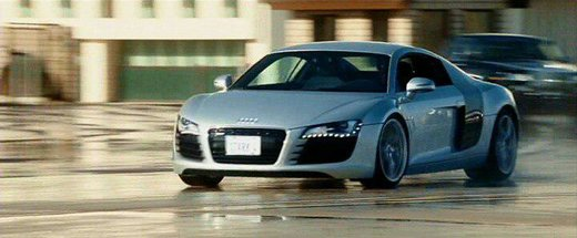 آئودی آر8؛ مرد آهنی     رابرت داونی جونیور در نقش تونی استارک در سال 2008 سوار بر آئودی آر8 و سایر خودروهای آلمانی استارت سری پرطرفدار مردآهنی را زد و تا سال 2013 با سایر مدل های جذاب آئودی همه را مجذوب خود کرد.