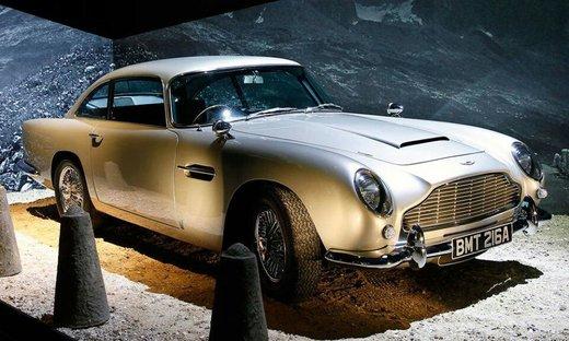 استون مارتین دی بی 5؛ پنجه طلایی     زمانی که فیلم پنجه طلایی اکران شد، همه مجذوب جیمز باند و خودروی عجیب و غریبش شدند که به 007 مشهور بود. خودرویی که با امکانات شگفت آور خود مانند تجهیز به مسلسل، صندلی های فرار و نقشه ای که آینده را به تصویر می کشید، به جیمز باند در خیابان ها و هنگام فرار از مخمصه های گوناگون کمک می کرد.