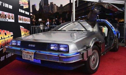 دلورن دی ام سی 12؛ بازگشت به آینده     سال 1985 بود که مایکل جی فاکس در نقش مارتی مکفلی به همراه تعدادی از دوستان ماجراجوی خود و به لطف ماشین زمان ساخته شده ای از دلورین 1981 به سال 1955 سفر کرد و اتفاقات گوناگون و هیجان انگیزی را برای خود و طرفداران خود رقم زد.