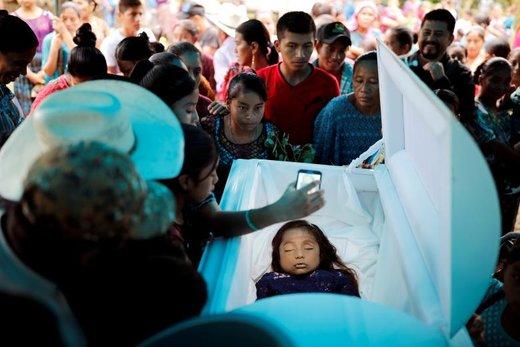 مراسم تشییع جنازه یک دختر 7 ساله در گواتمالا که در مرز آمریکا جان باخته است، خانواده و دوستان این کودک در تشییع جنازه حضور یافتند