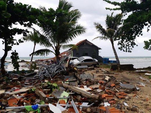 یک ماشین در میان خرابه ها پس از وقوع سونامی در ساحل Carita اندونزی