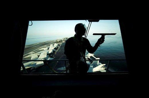 ملوان آمریکایی شیشه ناو هواپیمابرUSS John C. Stennis که به آبهای خلیج فارس وارد شده را پاک می کند