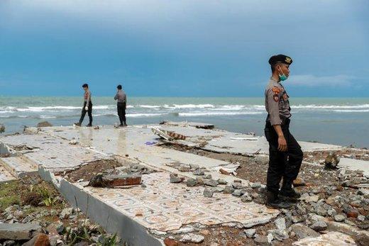 تلاش برای جستجوی قربانیان سونامی در یک هتل در سواحل استان بانتن اندونزی