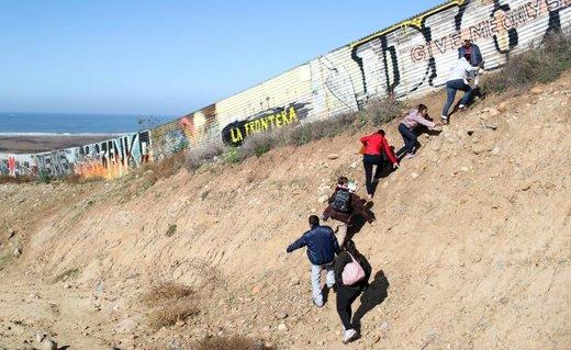 مهاجران هندوراسی که بخشی از کاروان پناهجویان آمریکای مرکزی هستند در تلاش برای عبور غیرقانونی از مرز آمریکا در ایالت تیخوانا مکزیک هستند