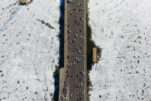 عبور وسایل نقلیه از روی پل یک رودخانه یخ زده در استان لیائونینگ چین
