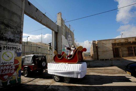 بابانوئل در ایست بازرسی اسرائیل برای حضور در جشن های کریسمس به بیت لحم وارد میشود