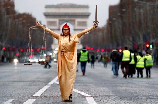 یک زن لباس الهه آزادی ماریان را در تظاهرات جلیقه زردها در شهر پاریس فرانسه پوشیده است که نماد عدالت فرانسویها به شمار میآید