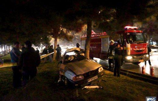 تصادف خودرو با درخت در بزرگراه کلانتری